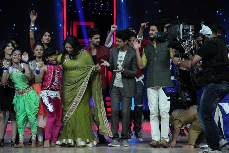 Geeta,Farhan And Riteish Enjoying With Contestants On The Sets Of India's Dancing Superstars