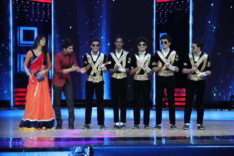 Ravi Dubey And Aishwarya Sakhuja Cool With Contestants On The Sets Of India's Dancing Superstars