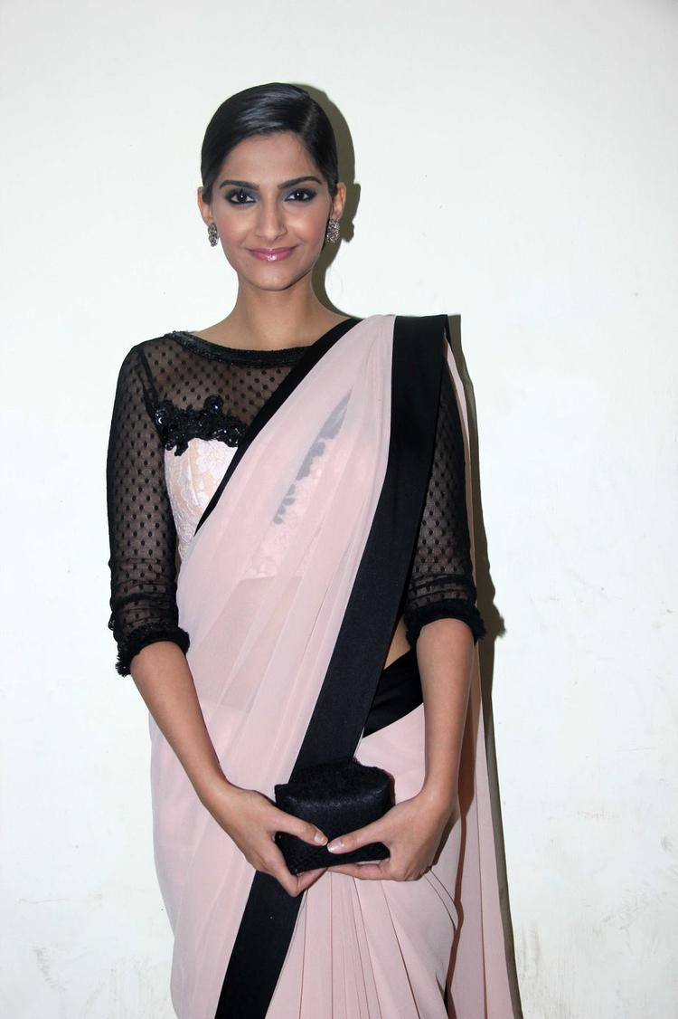 Sonam Posed During The Promotion Of Bhaag Milkha Bhaag On The Sets Of India's Dancing Superstars