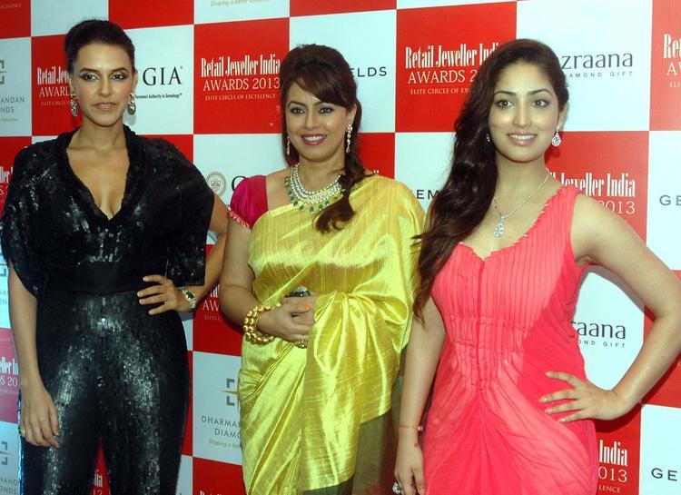 Neha,Mahima And Yami Posed For Camera During The 9th Retail Jeweller India Awards 2013