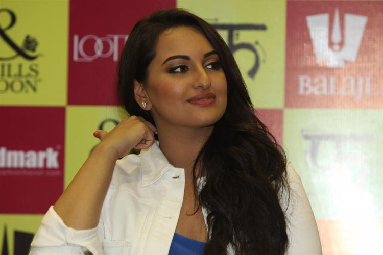 Sonakshi Sinha Glamour Look At The Launch Of Mills And Boon For Film Lootera