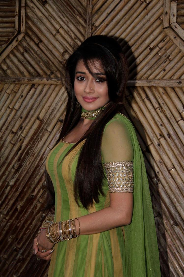 Tina Dutta Gorgeous Look On The Sets Of Uttaran