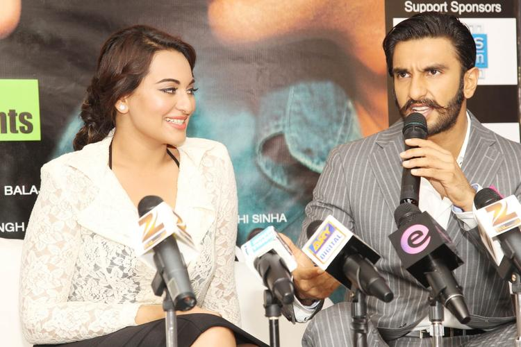 Sonakshi And Ranveer Address The Media At Dubai For Promoting The Movie Lootera