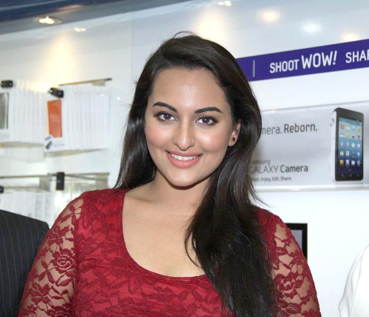 Sonakshi Sinha Promote Movie Lootera At The Samsung Store High Street Phoenix