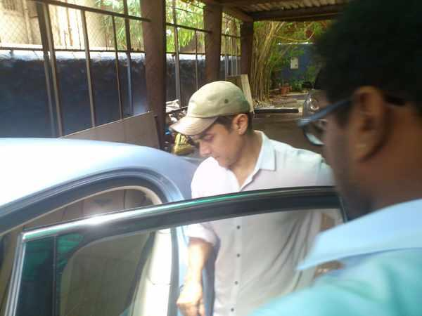 Aamir Snapped In Juhu As He Undergoes Physio While Shooting