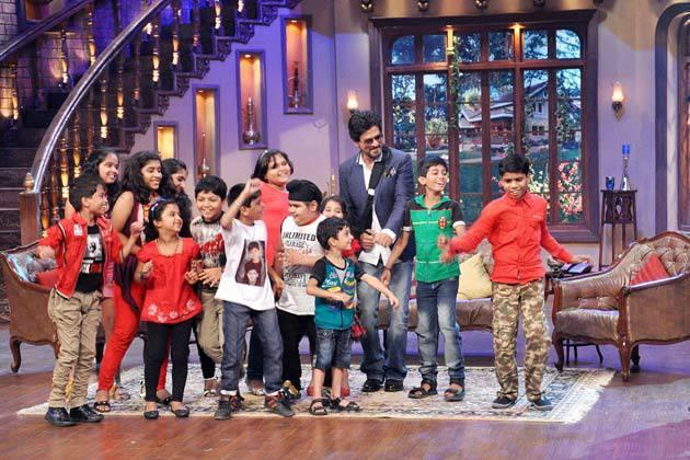 Shahrukh Khan Shakes His Legs With Kids On The Sets Of Comedy Nights With Kapil During The Promotion Of Chennai Express
