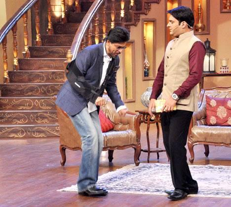SRK And Host Kapil Cool On The Sets Of Comedy Nights With Kapil