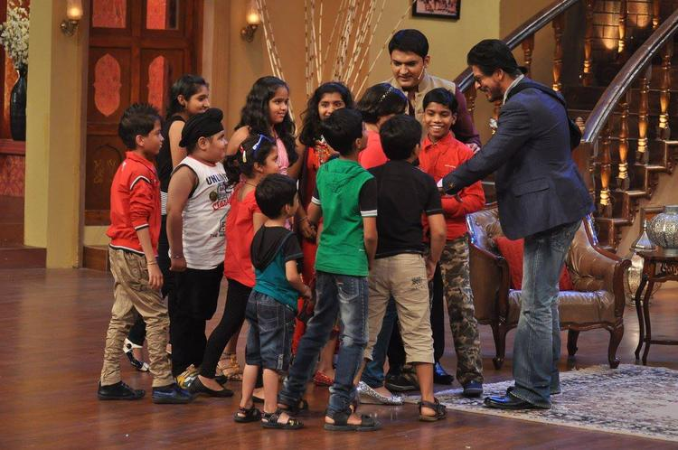 SRK And Kapil Cool Enjoy With Kids On The Sets Of Comedy Nights With Kapil During The Promotion Of Chennai Express