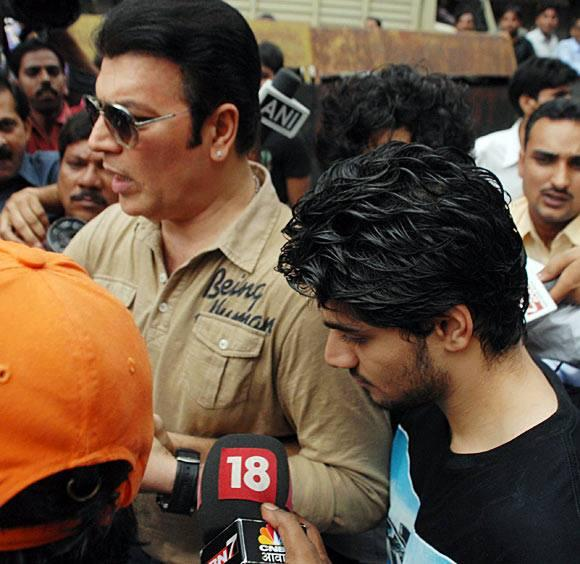 Aditya Pancholi And Son Suraj Pancholi Surrounded By The Media After Suraj Pancholi Gets Bail