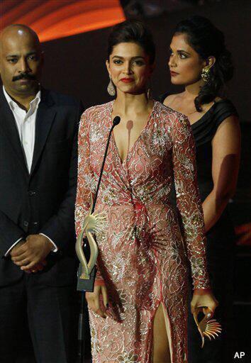 Deepika Padukone At The IIFA Awards 2013 Receiving The Best Jodi Award With Ranbir Kapoor