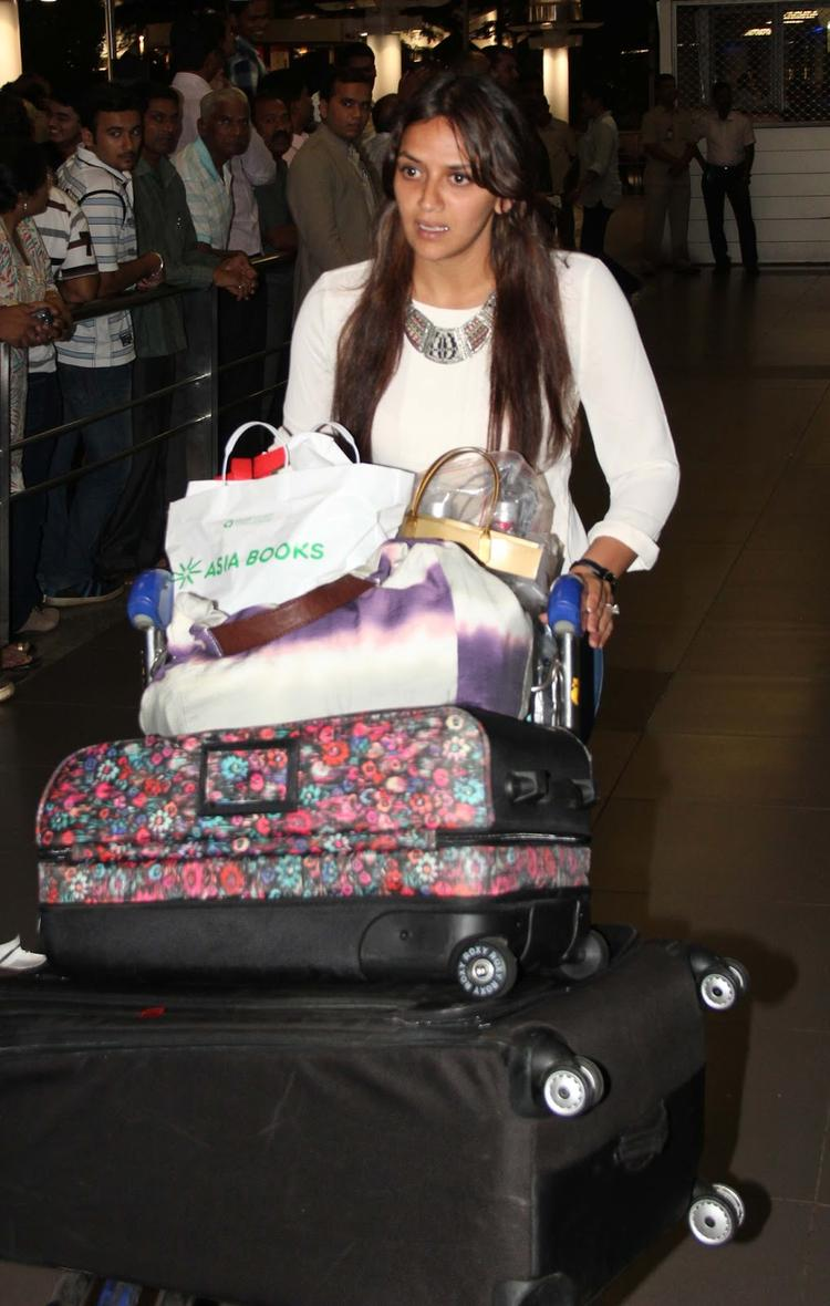 A Celeb Spotted At Mumbai Airport While Arrives From IIFA Awards 2013