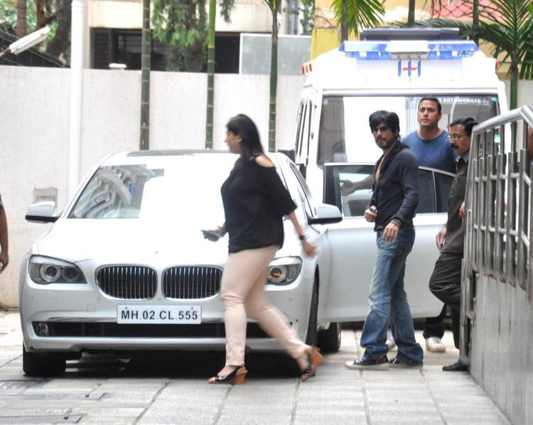 Shahrukh Khan Visits Hrithik Roshan Post His Surgery At Hinduja Hospital