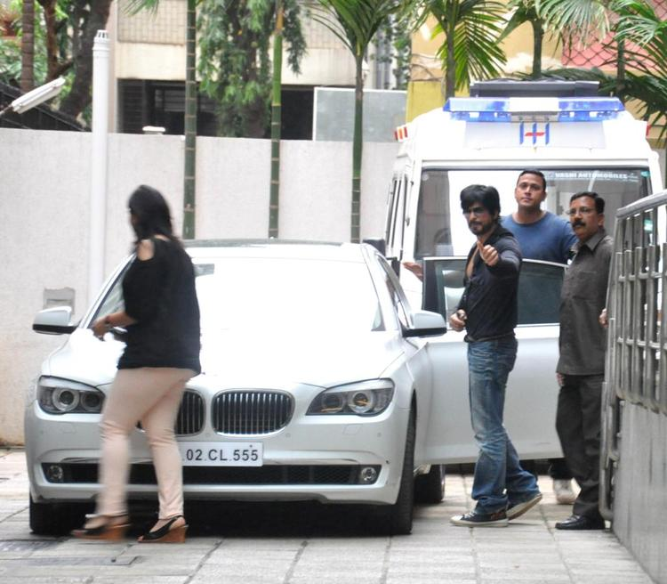 Shahrukh Khan Waves His Hands At Hinduja Hospital