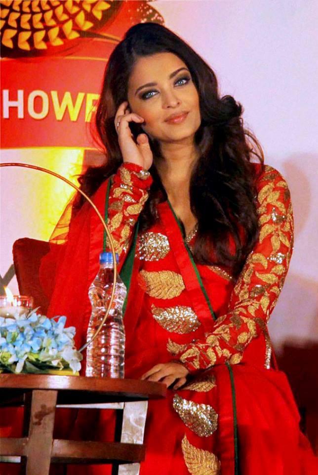 Aishwarya Nice Look During The Inauguration Of Kalyan Jewellers 50th Showroom In Pune