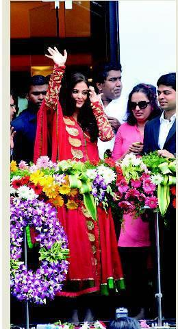 Aishwarya Snapped At Pune To Inaugurates Kalyan Jewellers 50th Showroom