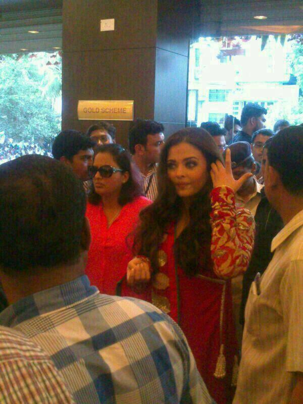 Aishwarya Spotted At Kalyan Jewellers 50th Showroom In Pune