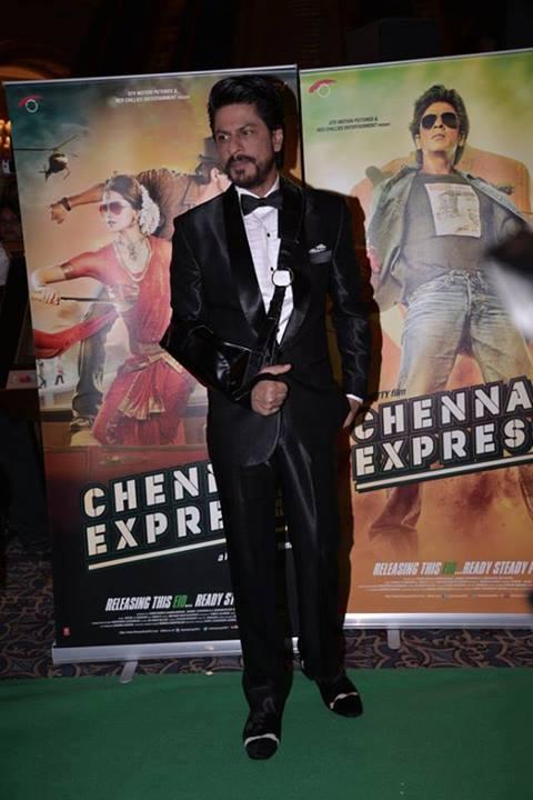 Shahrukh Khan In Green Carpet At IIFA 2013 In Macau