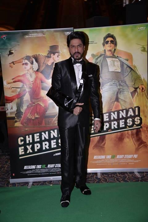 Shahrukh Khan Posed In Green Carpet At IIFA 2013 In Macau During The Promotion Of Chennai Express