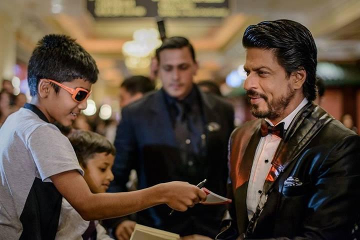Shahrukh Khan Signs Autograph At IIFA 2013 In Macau