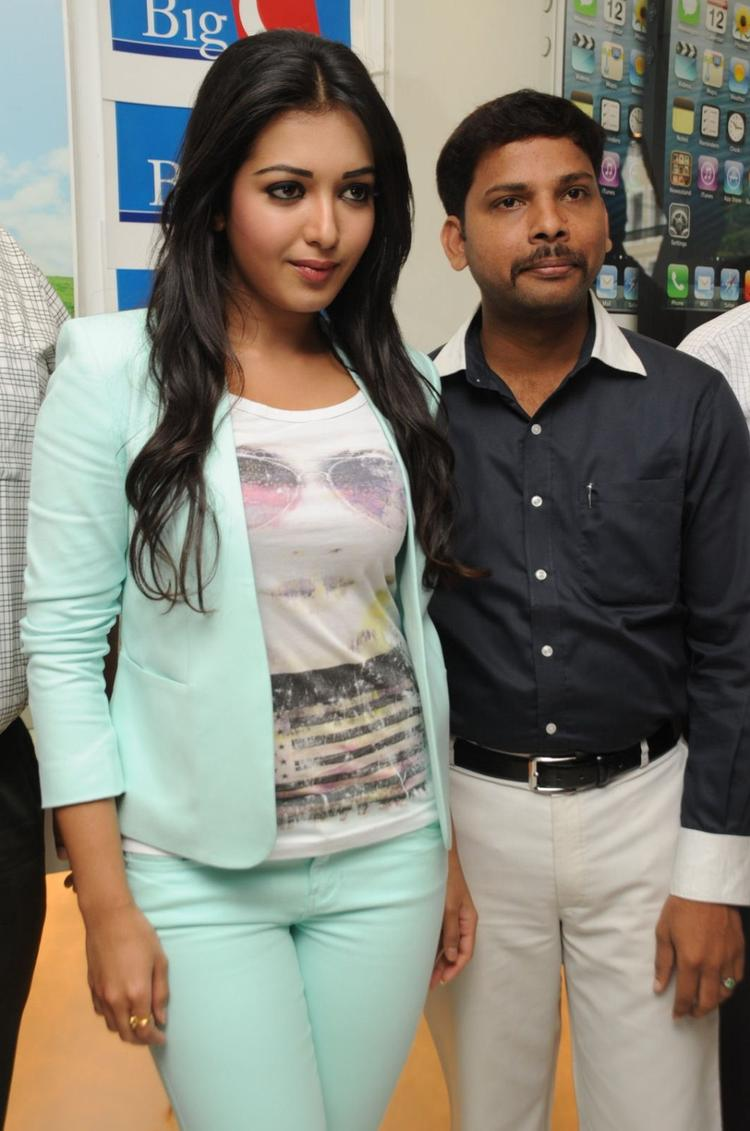 Catherine Tresa Posed For Camera At Big C Mobile Showroom Launch Event