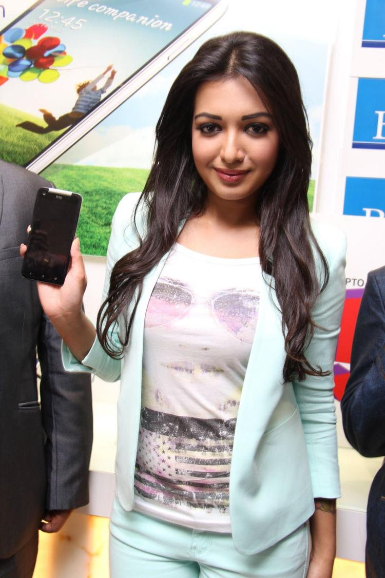 Catherine Tresa Posed With Mobile At Big C Mobile Showroom Launch Event