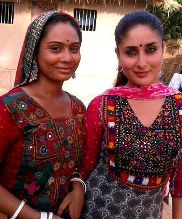 Kareena Kapoor On The Sets Of Gori Tere Pyaar Mein With A Village Lady