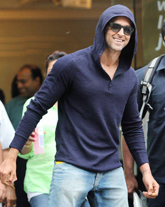 Hrithik Roshan Cool Smiling Stylish Look After Being Discharged From Hinduja Hospital