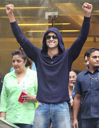Hrithik Roshan Shows Victory Signal After Being Discharged From Hinduja Hospital