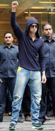 Hrithik Roshan Strikes A Pose After Being Discharged From Hinduja Hospital