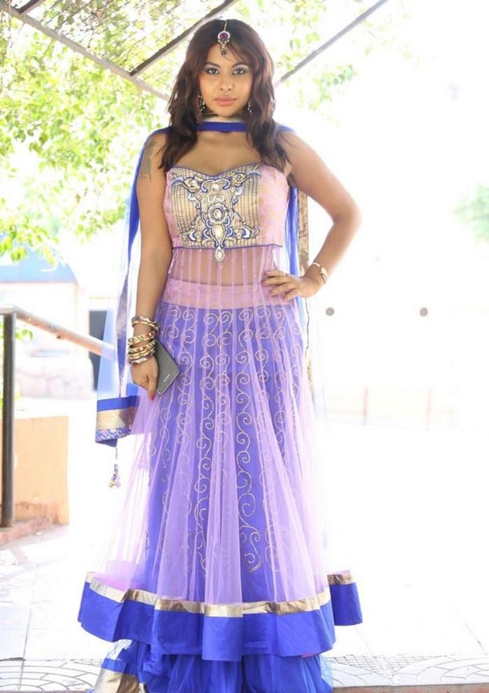 Srilekha Reddy Posed At Vastravarnam Expo-2013