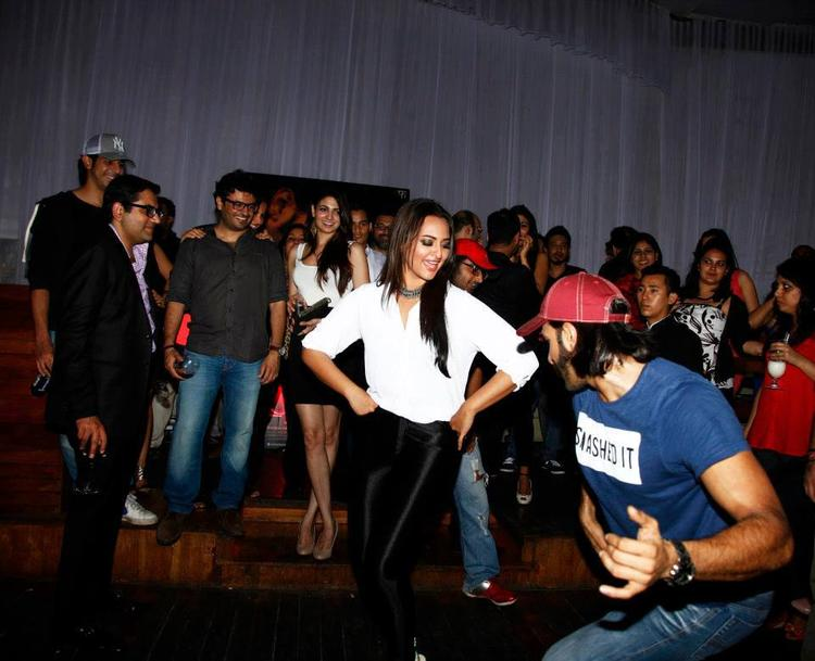 Sonakshi And Ranveer Enjoy Lootera Success Bash