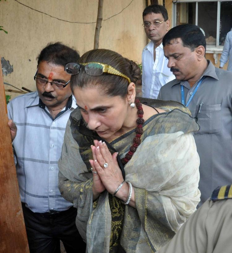 Dimple Kapadia Giving Her Respect To Rajesh At His First Death Anniversary