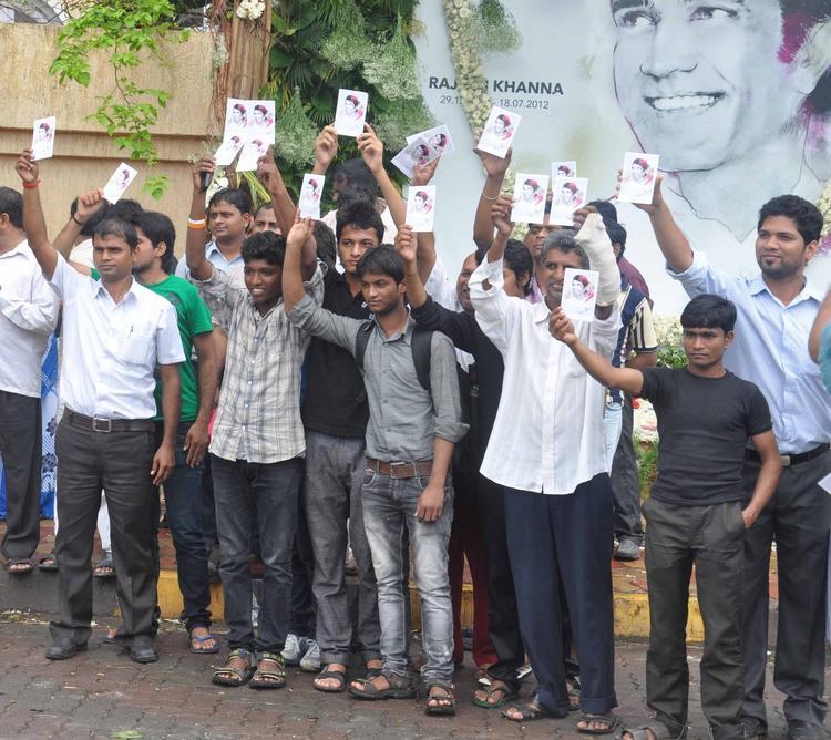 Fans At Rajesh Khanna's First Death Anniversary