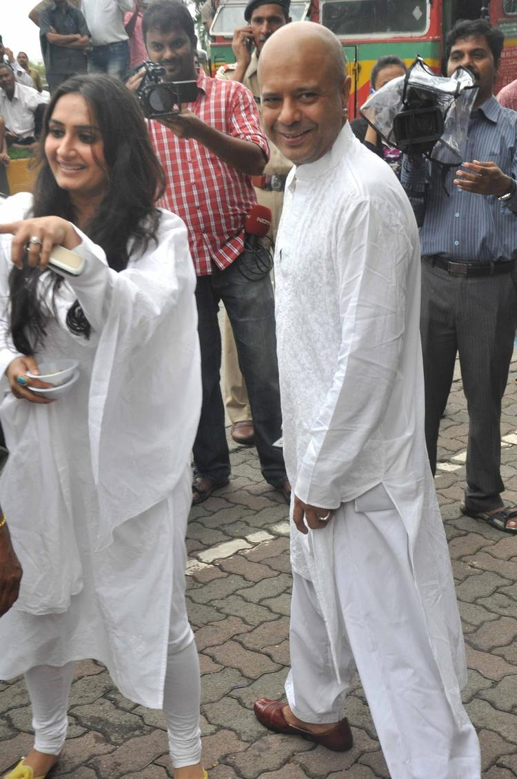 Naved Jaffery Smiling Pic During Rajesh Khanna's First Death Anniversary