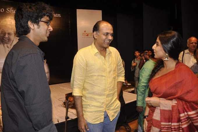 Ashutosh And Vidya Cool Chatting At Zakir Hussain Live Musical Concert 2013
