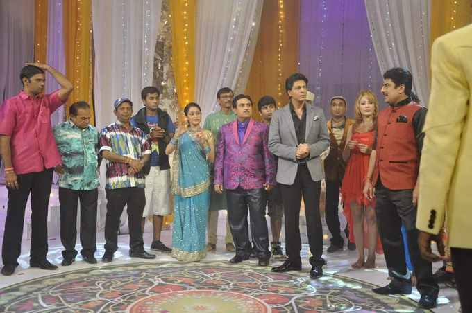 The Entire Cast Was Present With SRK During The Shoot Of This Special Episode