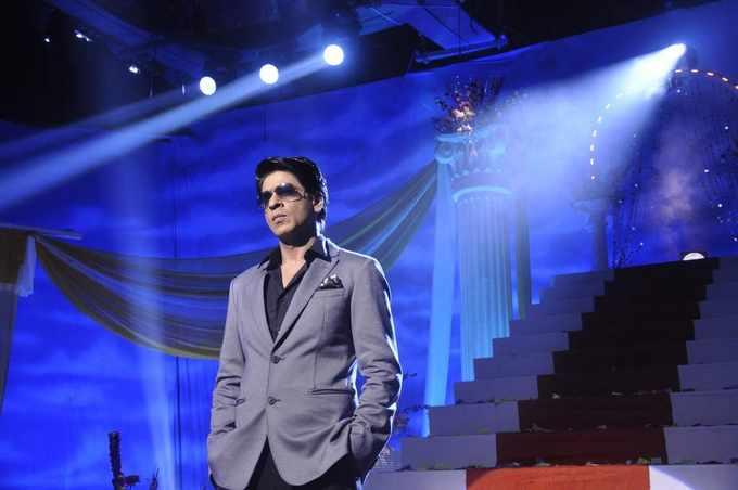 SRK Dappers In Suits Handsome Look During The Promotion Of Chennai Express On The Sets Of Tarak Mehta Ka Ooltah Chashmah