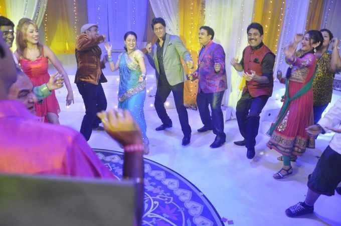 SRK Shakes His Legs On The Sets Of Tarak Mehta Ka Ooltah Chashmah During The Promotion Of Chennai Express