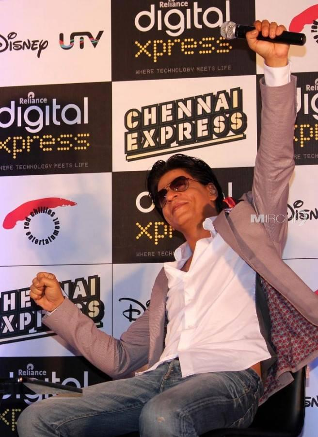 SRK Cool Posed For Camera At The Chennai Express Disney Game Launch Event