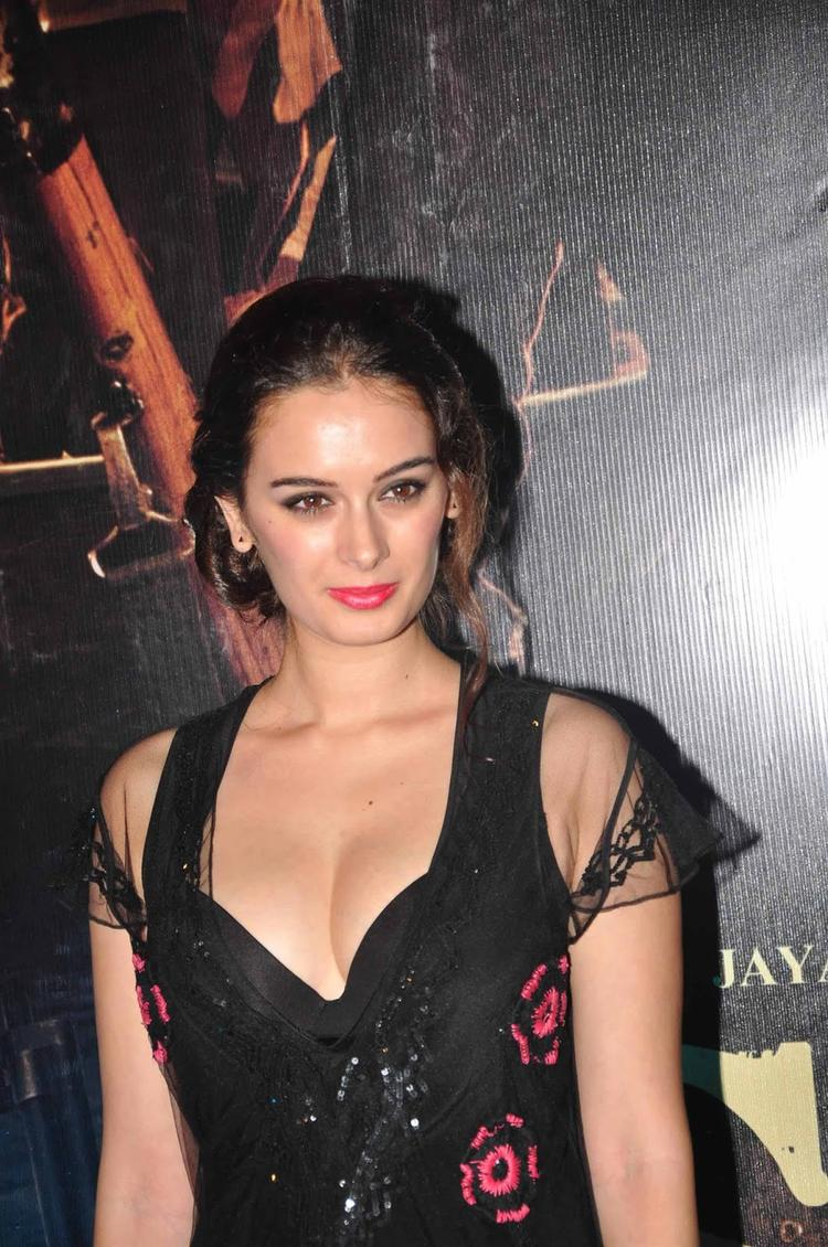 Evelyn Sharma Looking So Gorgeous During The Premiere Of  Issaq