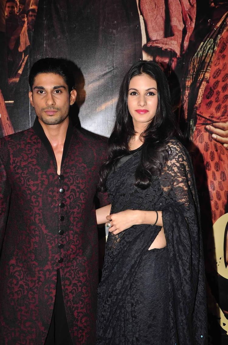 Prateik And Amyra Pose During The Premiere Of  Issaq