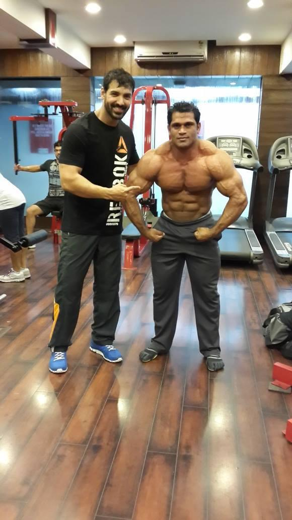 John Abraham A Pic With Bodybuilder In Gym