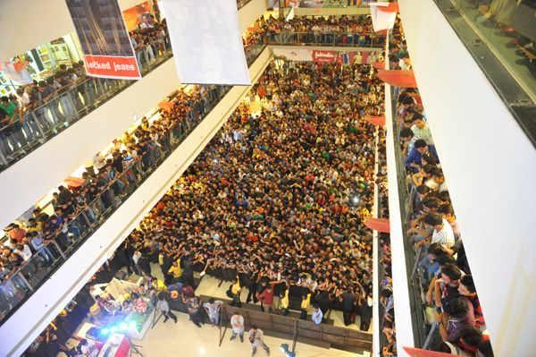 Crowd Was Seen At Gulmohar Park Mall In Ahmedabad During The Promotion Of Chennai Express