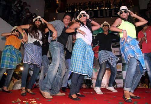 SRK Danced With Fans During The Promotion Of Chennai Express At Ahmedabad