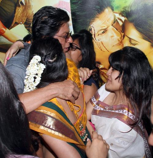 SRK Hugs His Fans At Ahmedabad During The Promotion Of Chennai Express