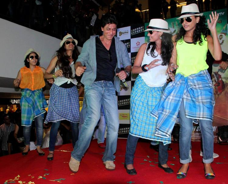 SRK Performed At Ahmedabad During The Promotion Of Chennai Express