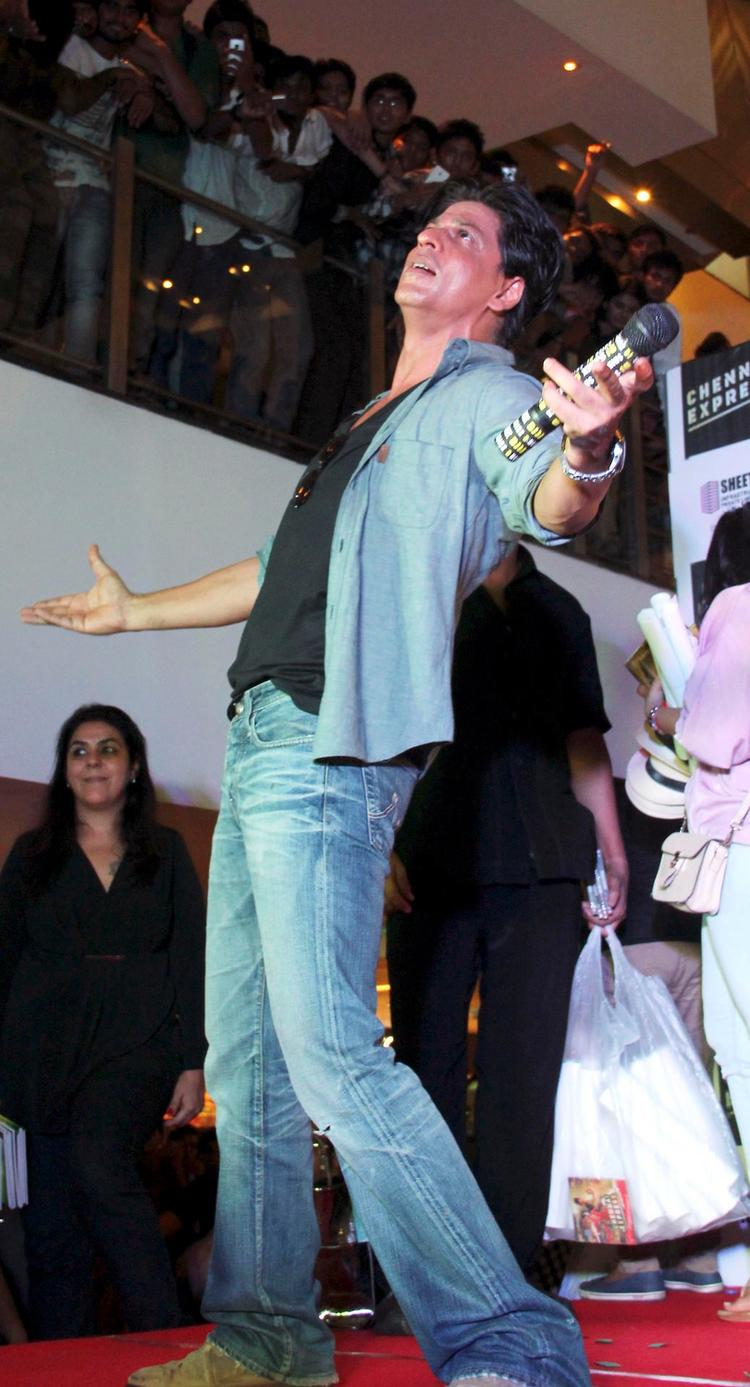 SRK Performs For His Beloved Fans At Ahmedabad During The Promotion Of Chennai Express