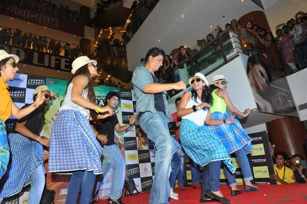 SRK Rocked With Fans At Ahmedabad During The Promotion Of Chennai Express