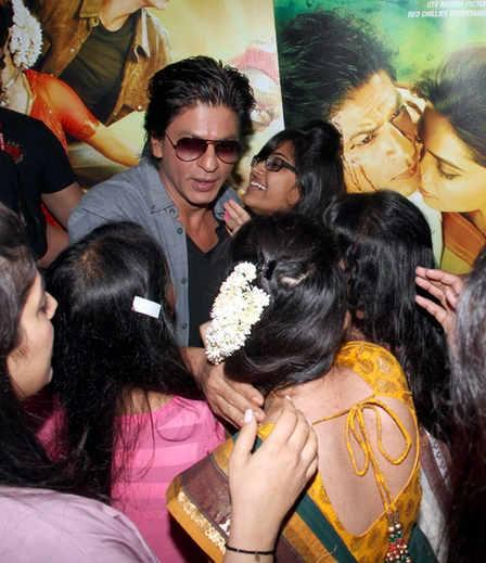 SRK Surrounded By His Fans During The Promotion Of Chennai Express At Ahmedabad