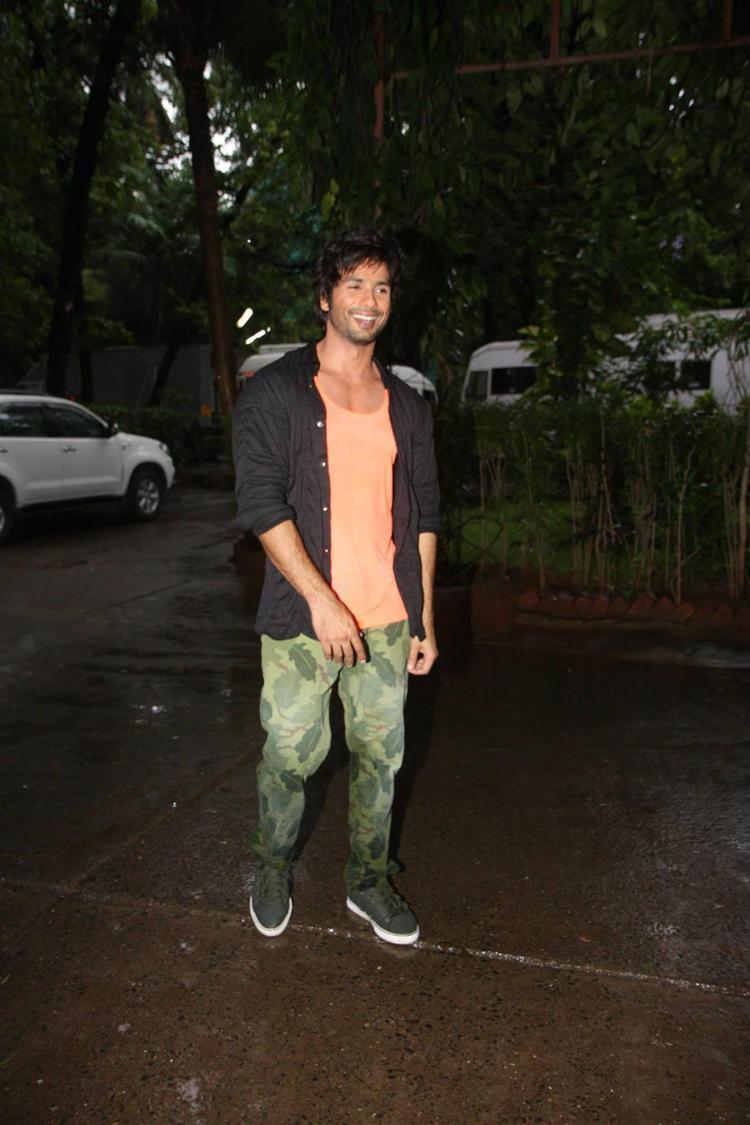 Shahid Kapoor Walking Pose Look At Mehboob Studios In Bandra, Mumbai
